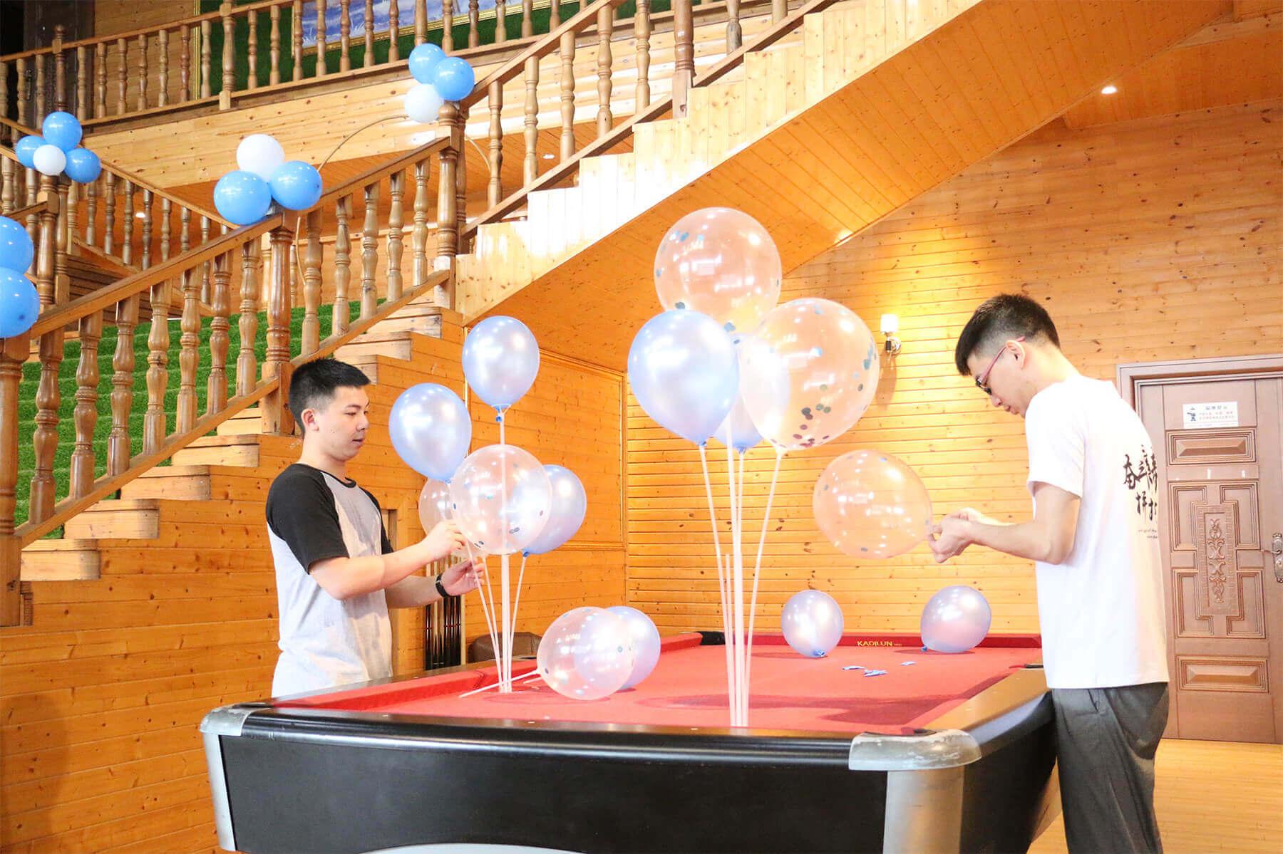 工作人员装气球